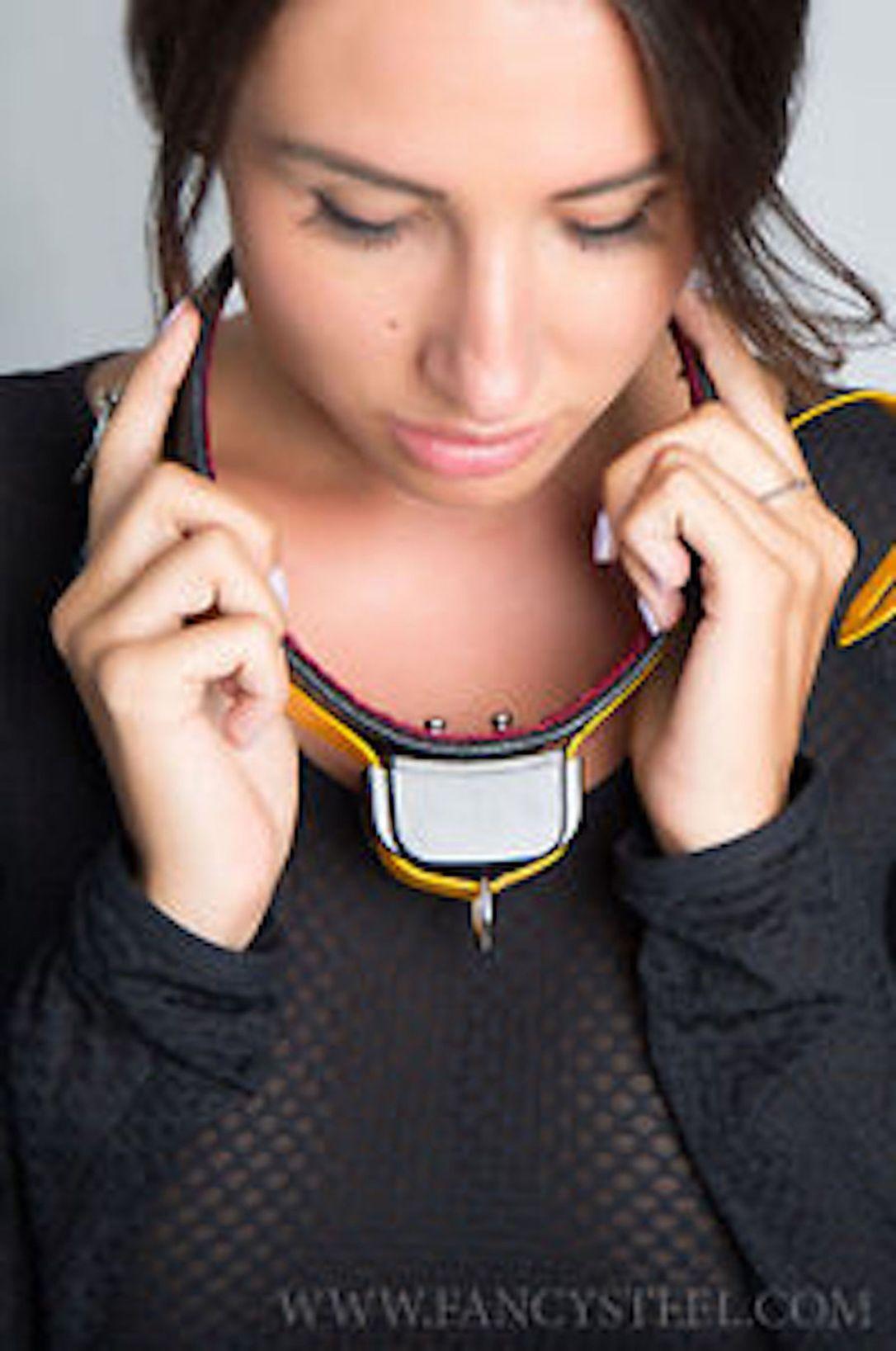 woman.collar.2